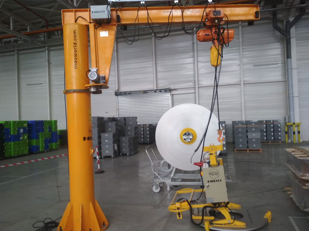 Coil lifter with jib crane
